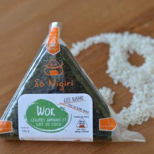 Onigiri végétarien au wok de légumes et lait de coco