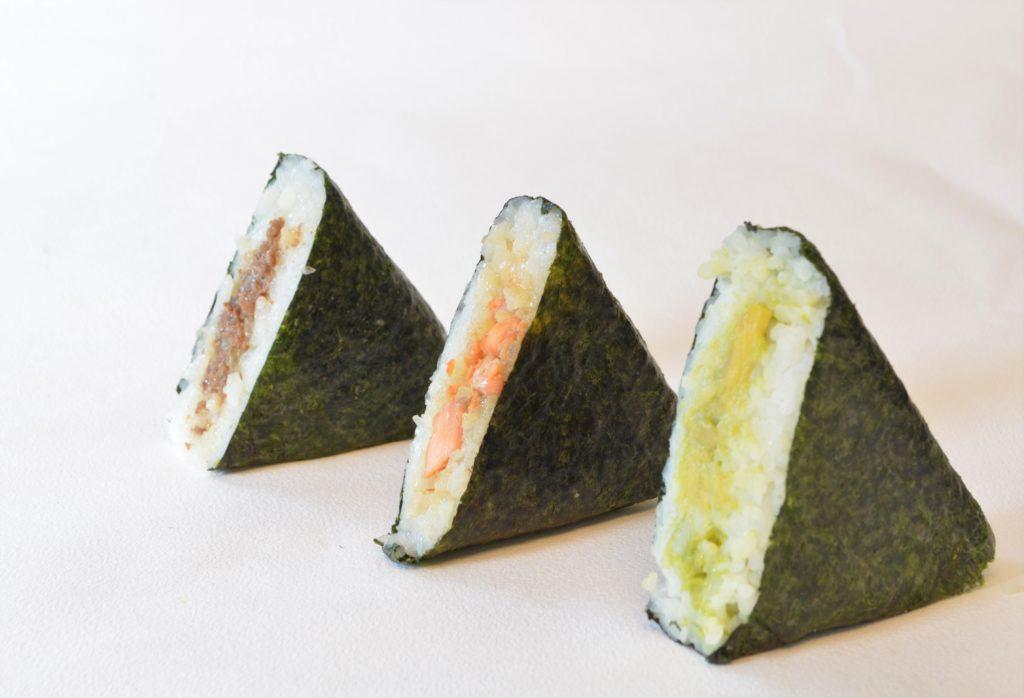 Les onigiris sont des triangles garnis à base de riz. C'est so'good. Commandez et goûtez les tous !