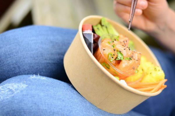 Manger sur le pouce un Poke Bowl Saumon Sesame