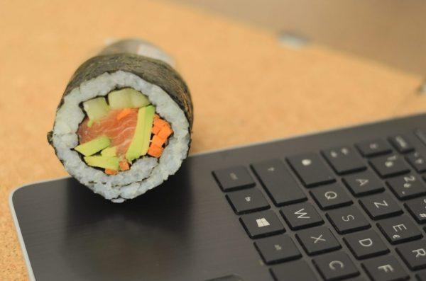 Déjeuner un Sushi Burritos Saumon sur le pouce
