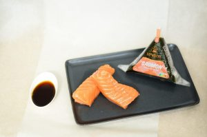 Un Onigiri Au Saumon Et Sa Sauce Teriyaki