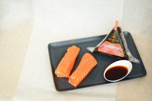 Présentation d'un Onigiri Au Saumon Et Sa Sauce Teriyaki
