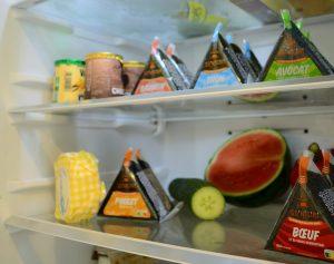 Photo d'onigiris dans un frigo