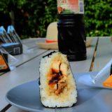 Vue en coupe de l'onigiri au poulet