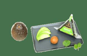 Présentation d'un onigiri à l'avocat mayonnaise au Yuzu So'nigiri