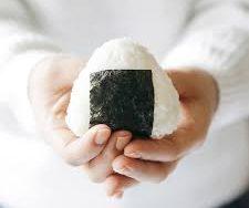 Présentation d'un onigiri fait maison